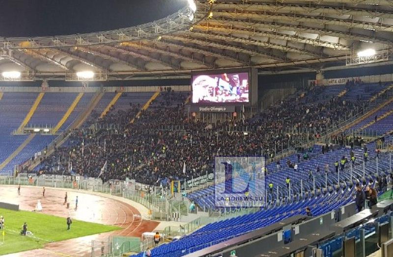 Roma, ultrà tedeschi dell'Eintracht Francoforte devastano via Cavour